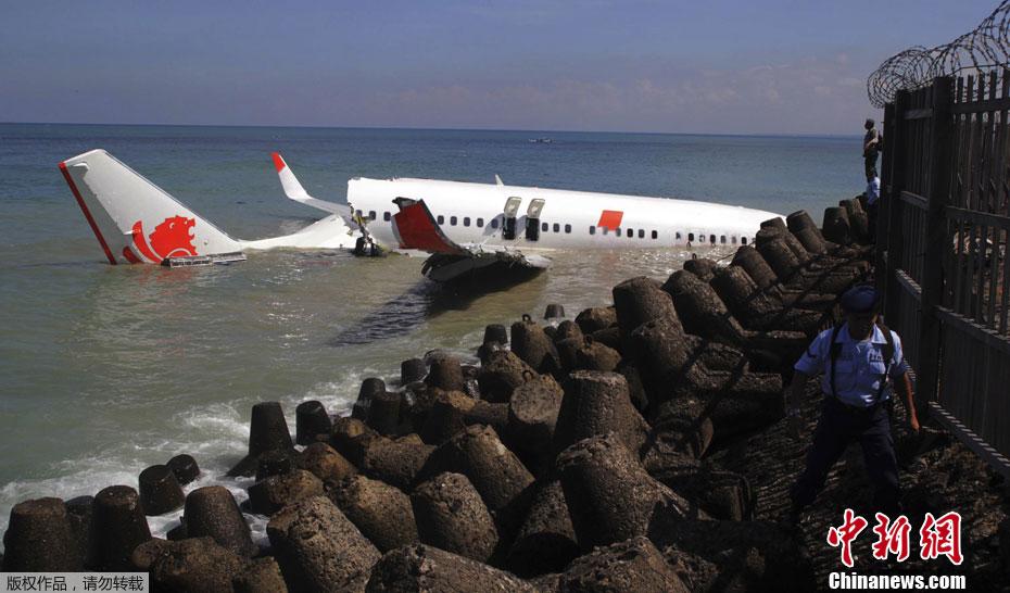 客机在巴厘岛机场冲出跑道落入海中