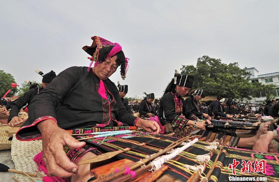 海南千人织黎锦 传扬非遗文化 - 人在上海  - 中華日报Chinadaily