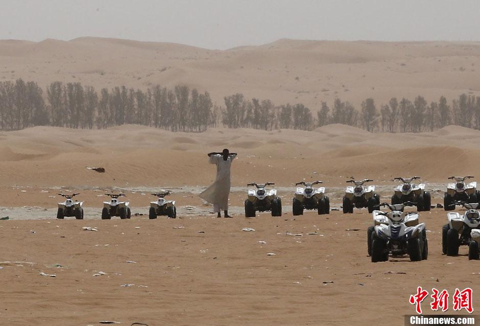 它坐落在阿拉伯半岛中部哈尼法谷地平原上,海拔520米;城市人口