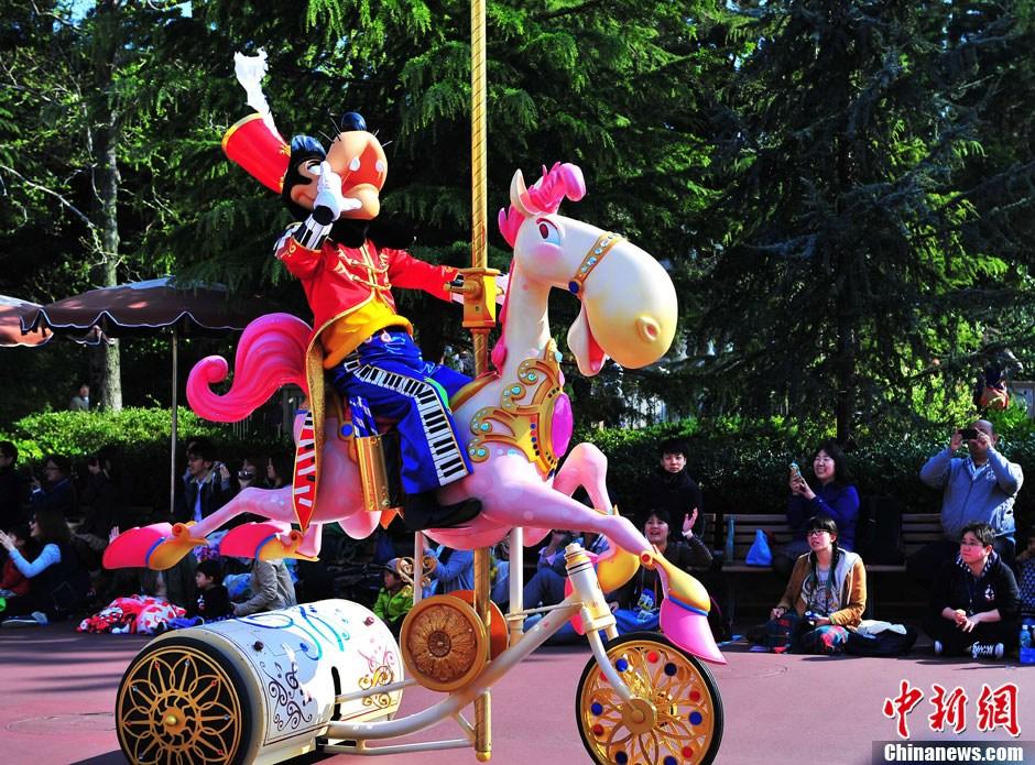 东京迪士尼纪念开业30年(4); 东京迪士尼乐园迎来30周年 缤纷花车巡游