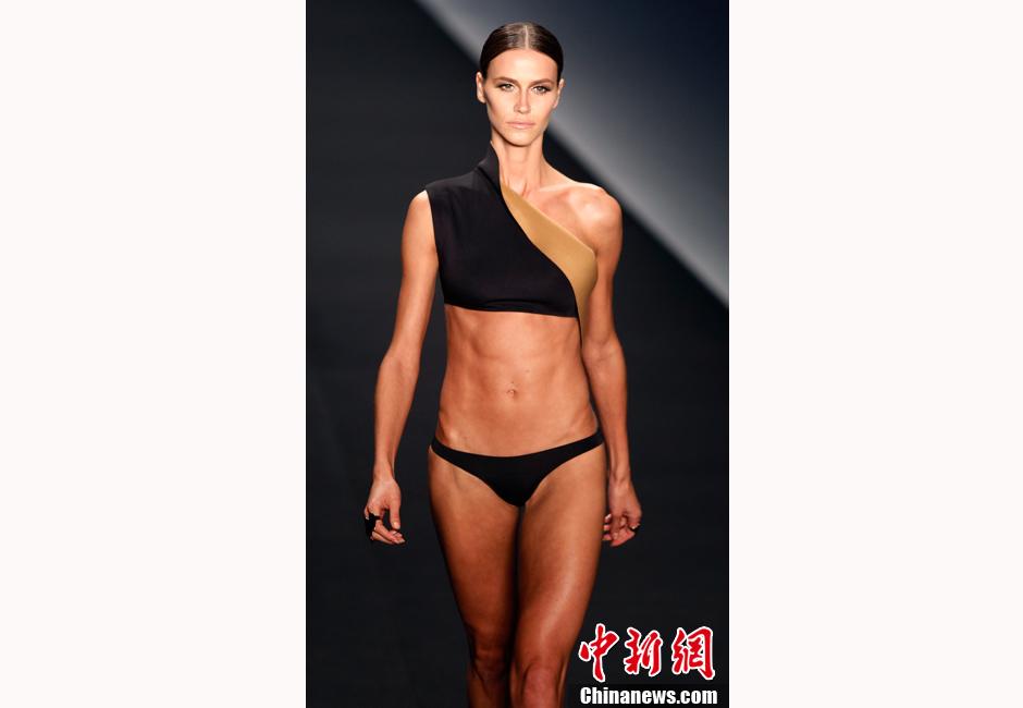 里约时装周 泳装模特秀腹肌堪比健美运动员