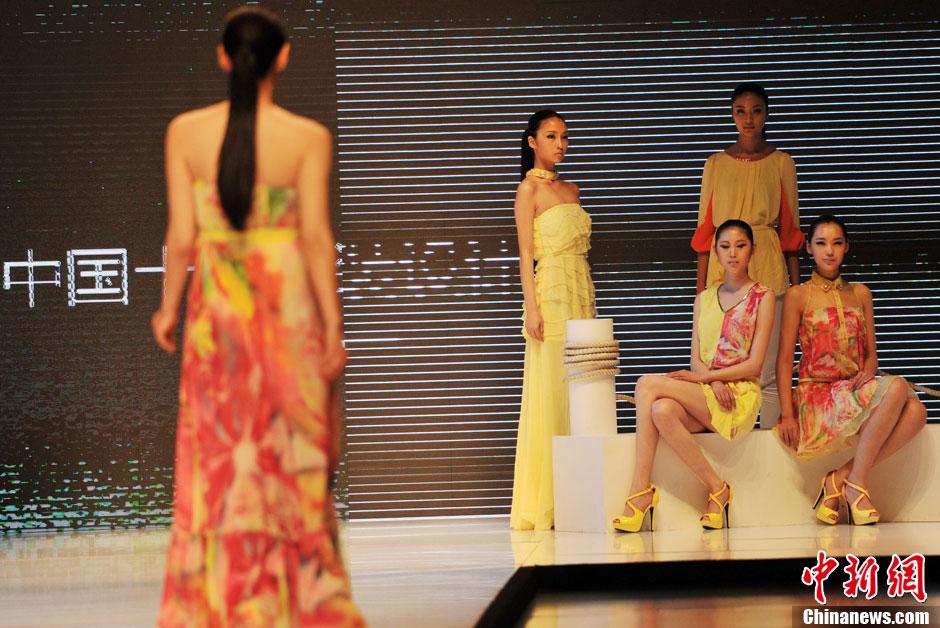 2013石狮国际时装周开幕 模特亮色薄裙T台走