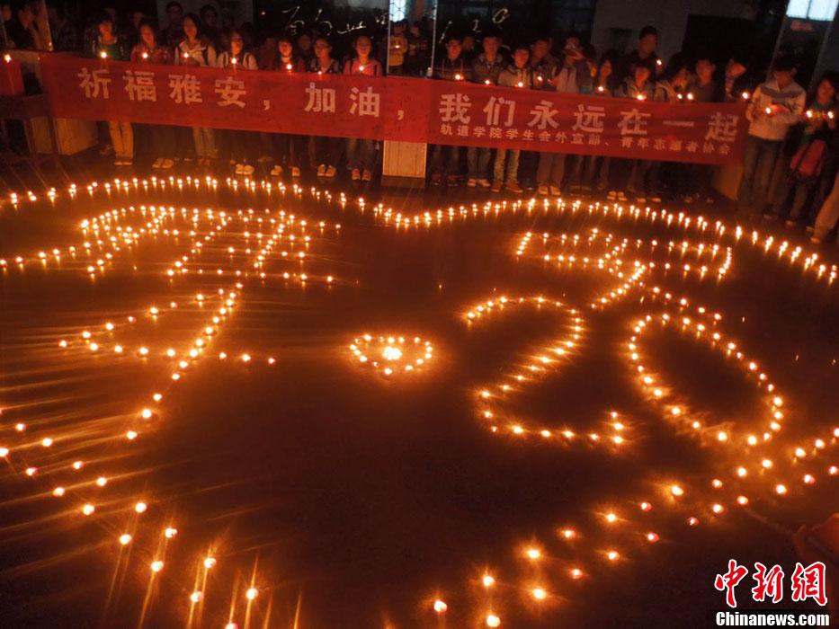 江西大学生点亮蜡烛为雅安祈福