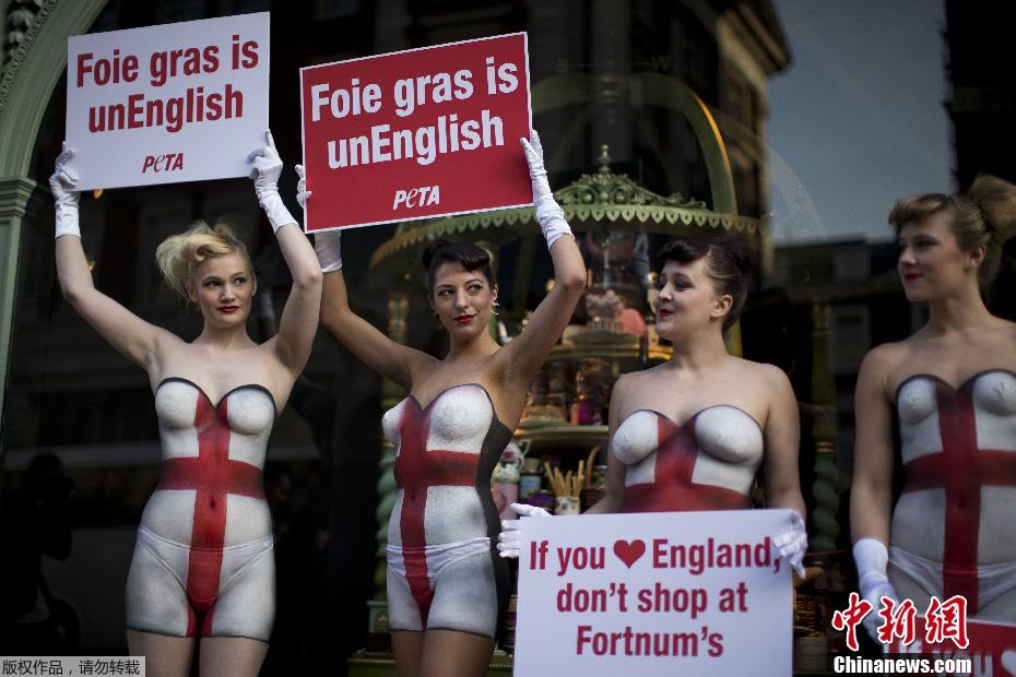 美女半裸彩绘现身伦敦街头 抗议销售鹅肝酱 中