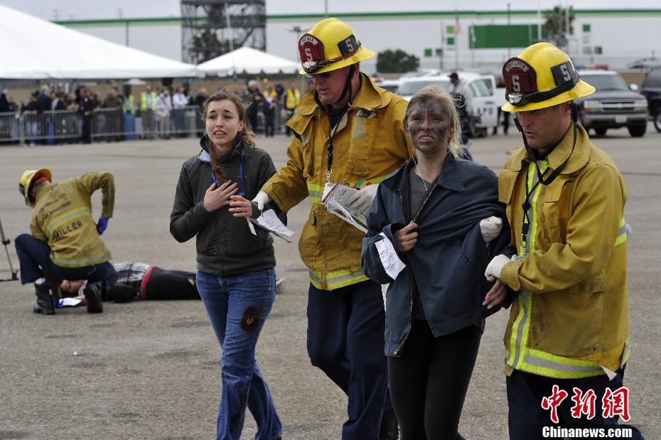 美国洛杉矶国际机场举行模拟飞机失事营救演习