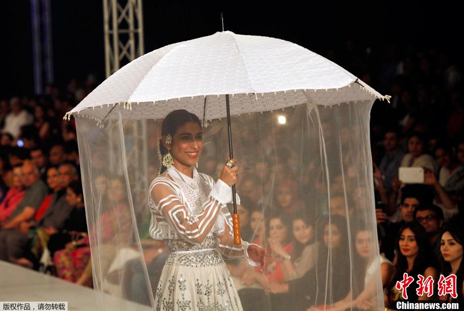 """巴基斯坦时装周 模特撑伞""""朦胧""""走秀"""