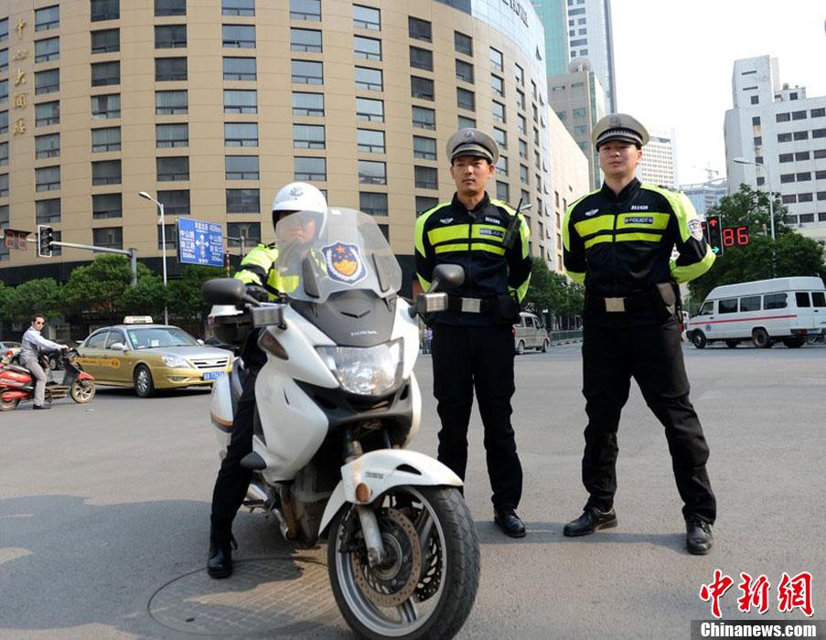 """南京交警机动大队换装 新警服被指像""""香港阿SIR"""""""