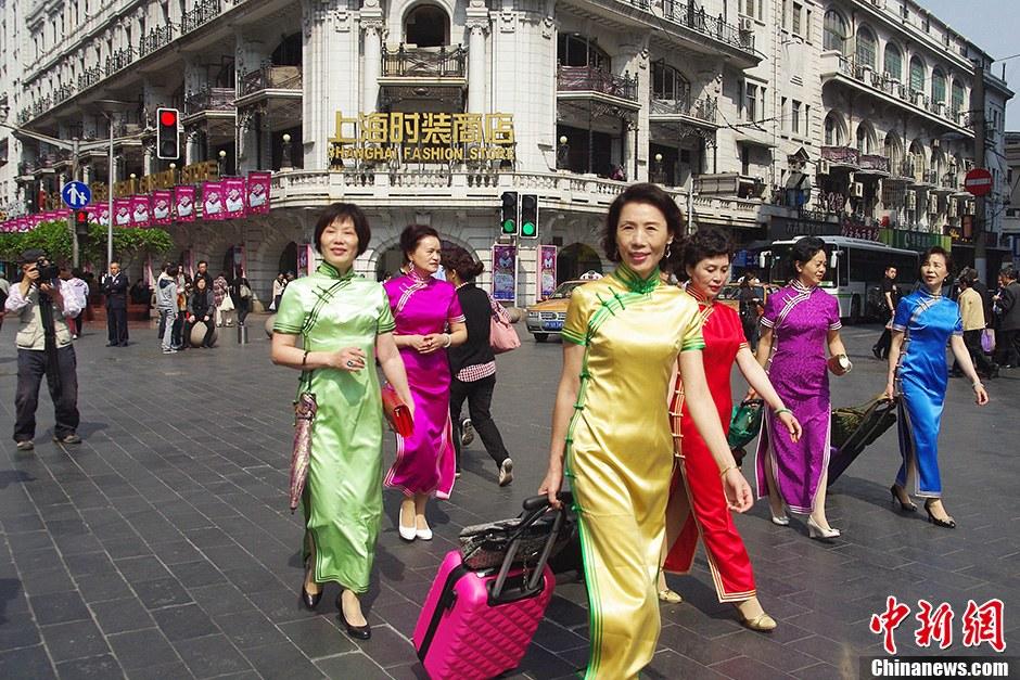 上海街头中老年旗袍秀风韵犹存不减当年 中新
