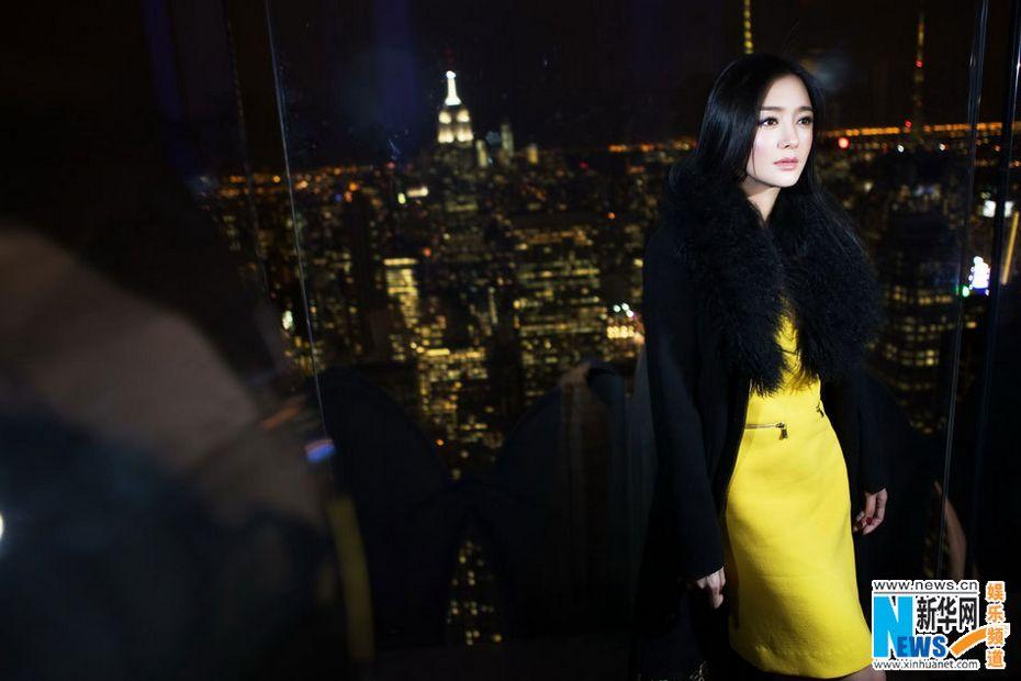 黑色大衣搭配亮黄色连身裙