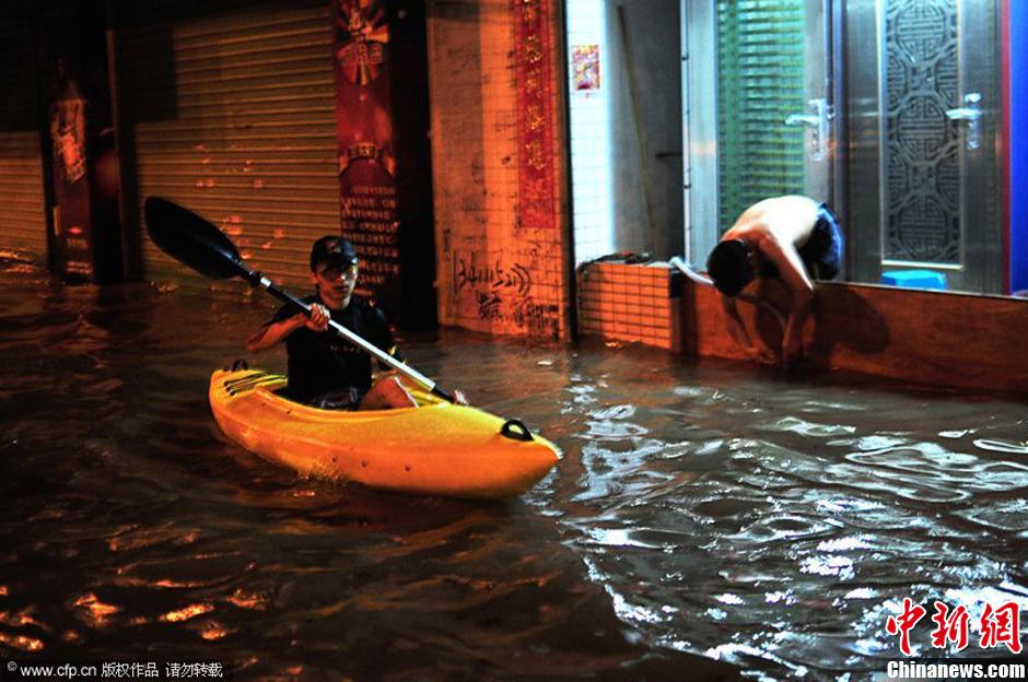 珠海暴雨内涝成海 市民乘皮划艇上街