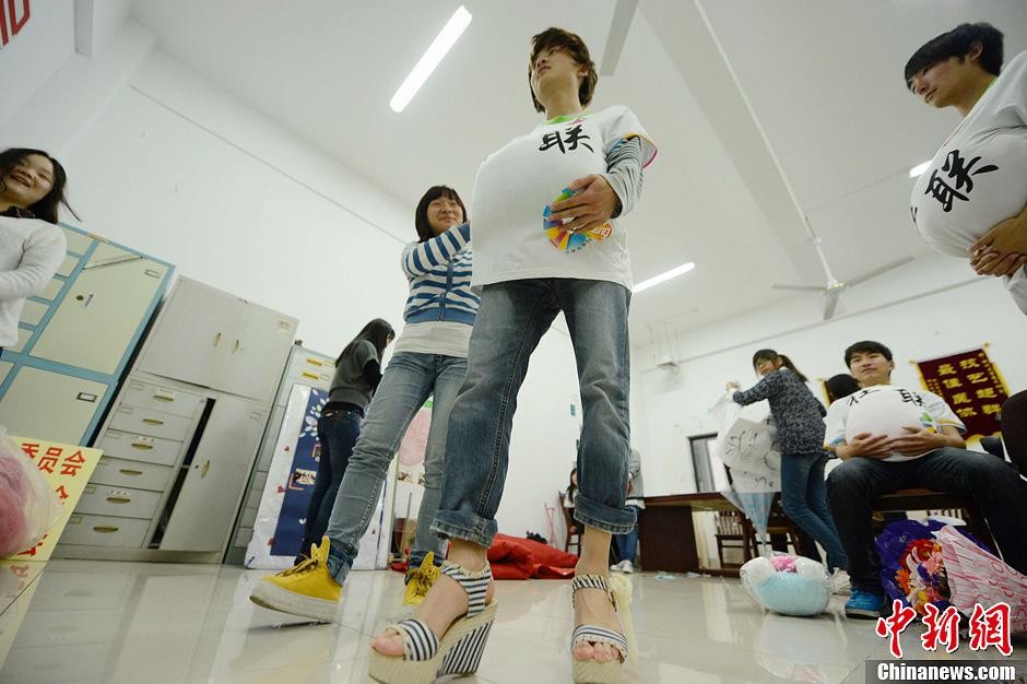 大学男生穿高跟鞋体验准妈妈的苦与乐 中新