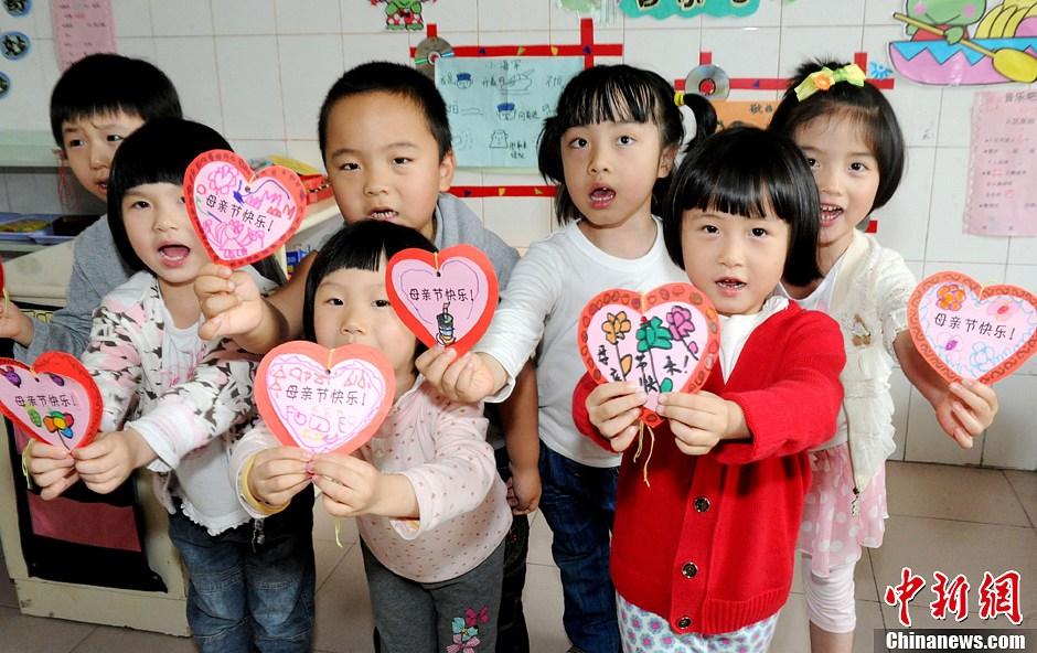 福建儿童亲手制作礼物献上母亲节的爱 中新