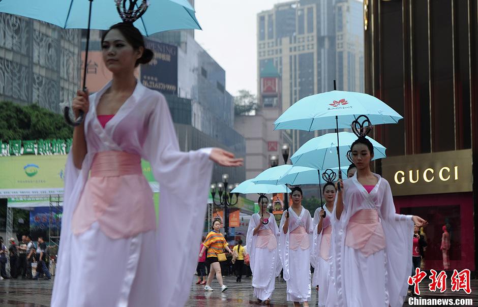 重庆汉服美女打伞表演街头秀 中新网