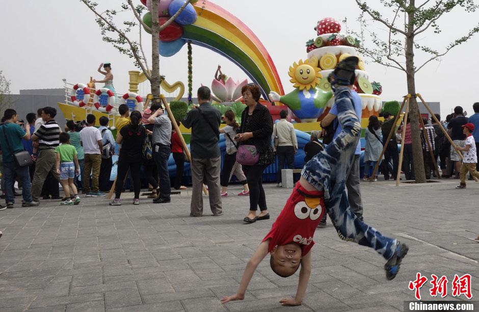 小朋友翻筋斗游览北京园博园