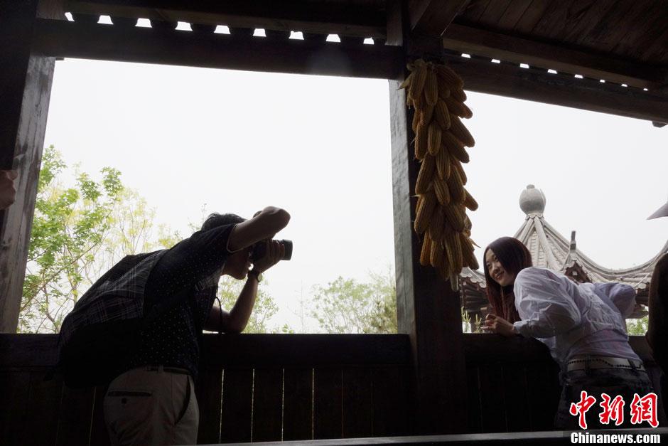 青年男女北京园博园记录靓丽身影