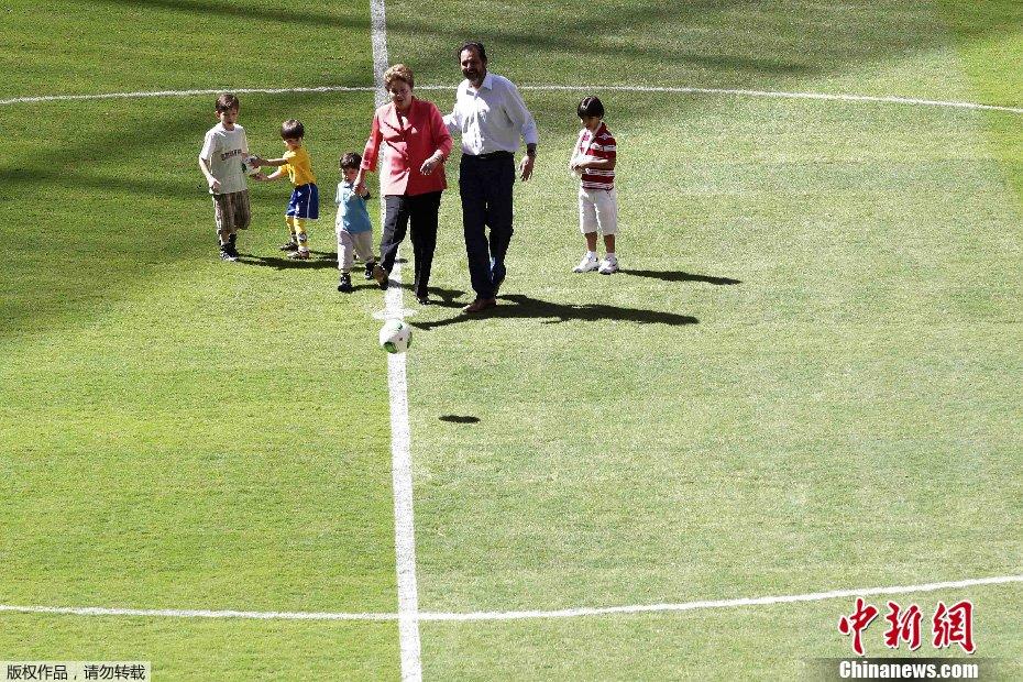 ��8_巴西女总统秀脚法 潇洒一踢为体育场揭幕