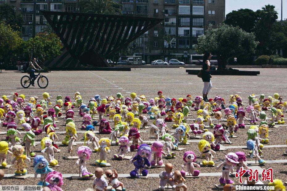 以色列广场摆放近千残缺玩具娃娃 呼吁关注虐童行为
