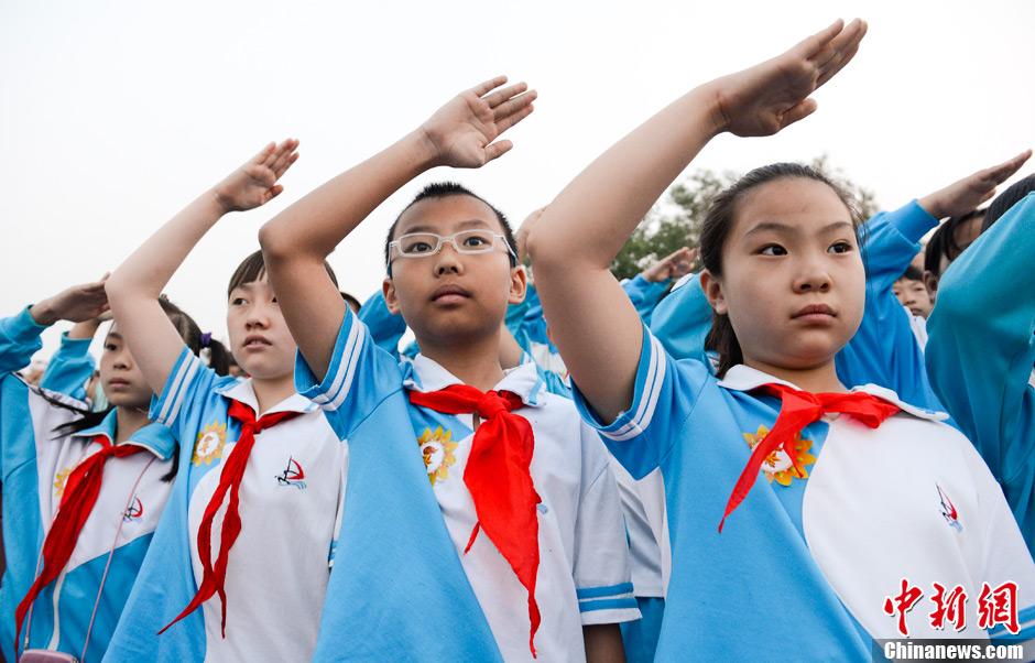 六一儿童节少先队员天安门广场观礼台看升旗