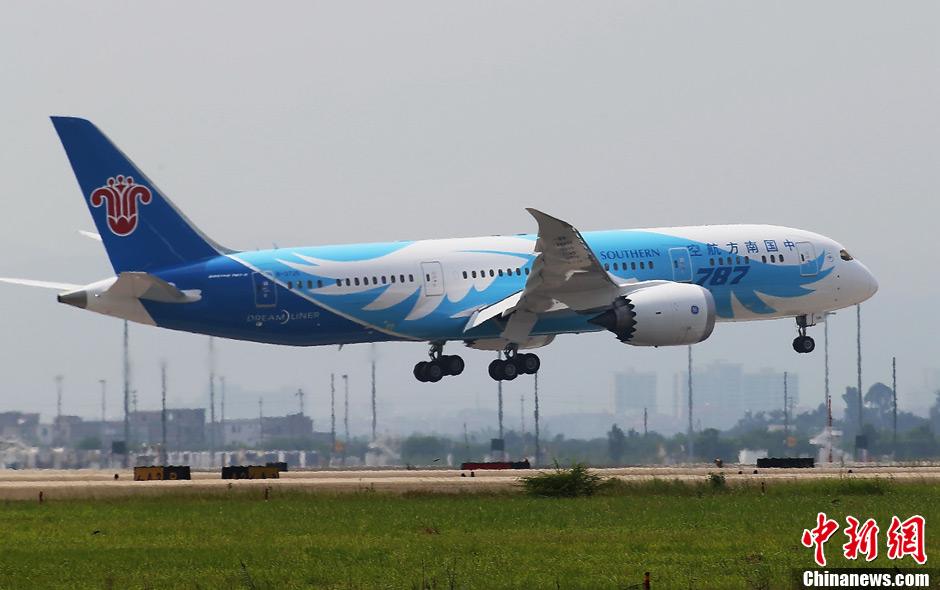 中国引进的首架波音787梦想飞机飞抵广州
