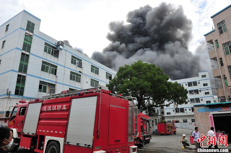深圳横岗一电器公司发生火灾事故 现场浓烟滚滚