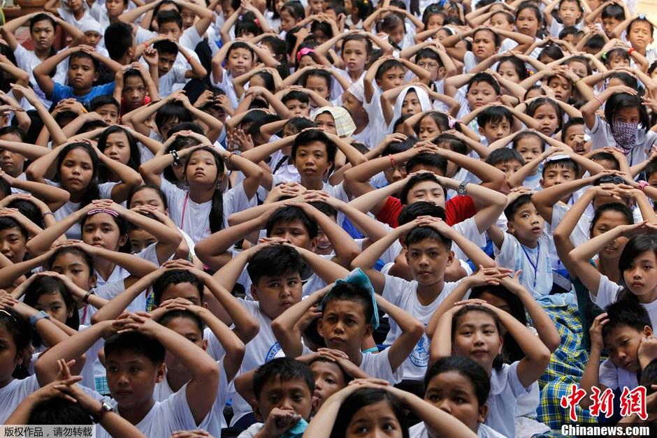 菲律宾小学生进行地震避险演练