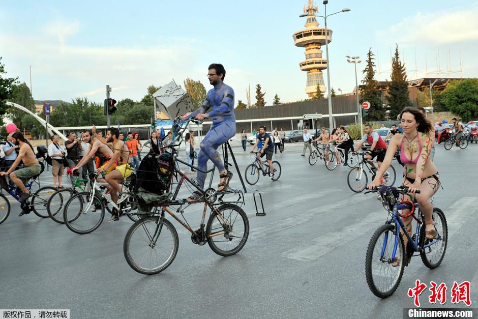 希腊举行裸体自行车活动 赤身男女宣传环保 中