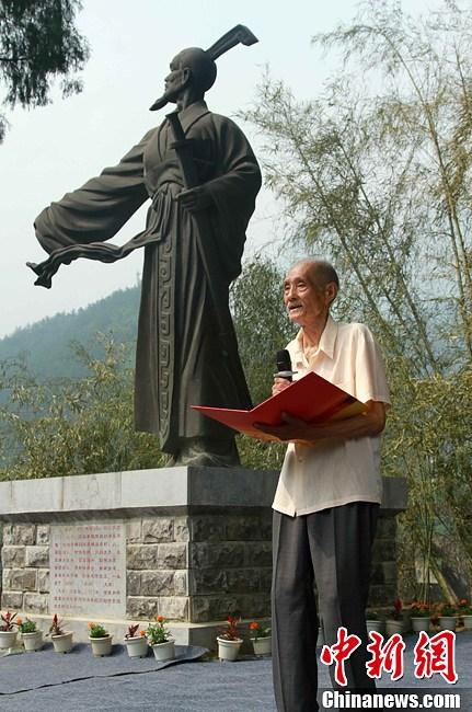 88岁草根诗人屈原故里吟诗缅怀先人