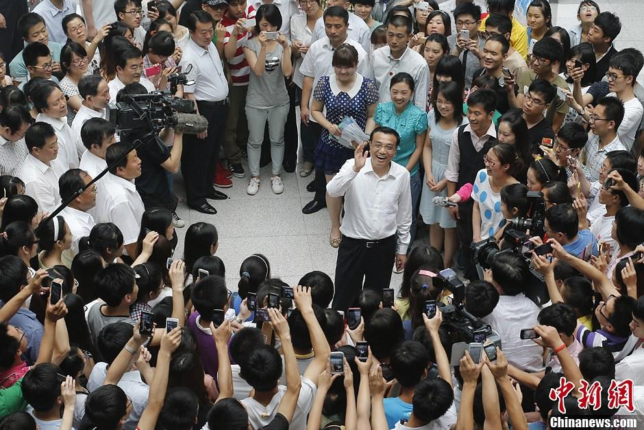 倮体大学生_在河北师范大学了解大学生就业情况-中新网