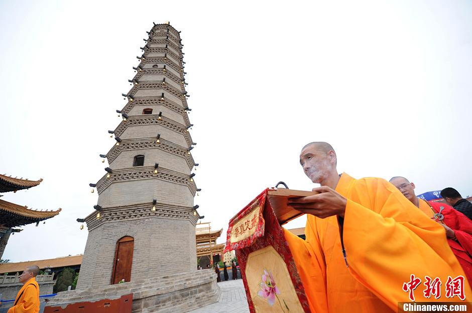 6月9日,甘肃武威千年古刹鸠摩罗什寺举行了舌舍利塔的修复开光仪式。距今1600多年的鸠摩罗什舌舍利塔是第五次大规模修缮,古刹修缮资金200多万元全部来自于中国内地、泰国、印度等海内外信徒的捐助。鸠摩罗什在中国国佛教传播时期与真谛、玄奘、不空并称四大佛经翻译家,被誉为译经泰斗。中新社发 杨艳敏 摄