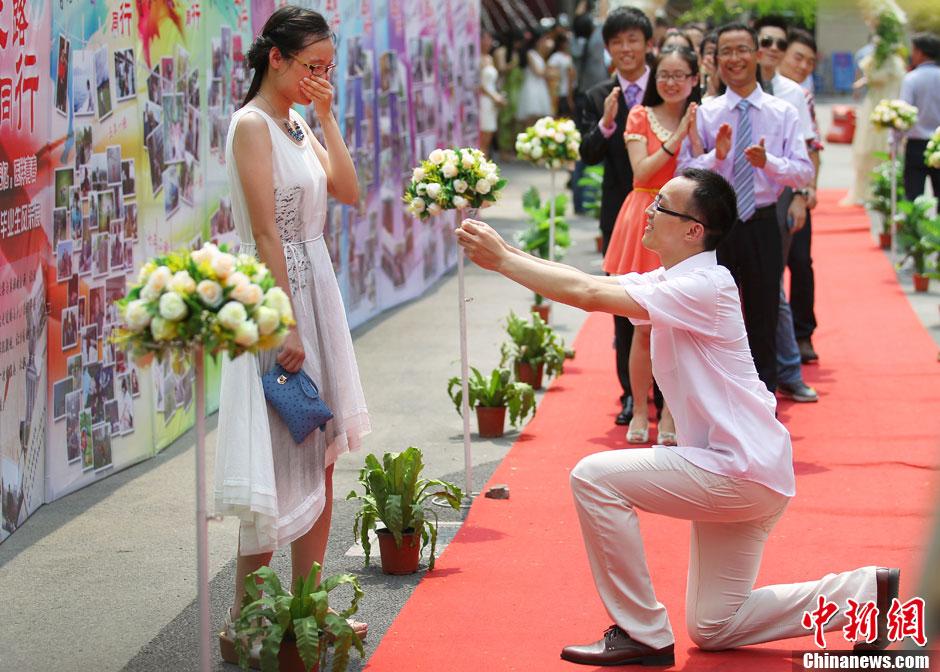大学毕业典礼红毯秀上演浪漫求婚一幕 中新网