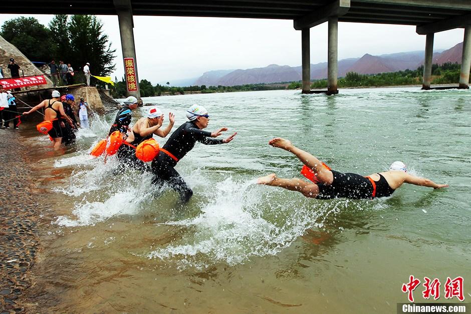 6月16日9时30分,第九届中国青海(循化)国际抢渡黄河极限挑战赛决赛在青海省循化撒拉族自治县波浪滩举行,共有60名选手参加决赛。黄河极限挑战赛是目前中国黄河上游第一个在海拔高、水温低、水流急、氧气稀薄的世界第三极举办的公开水域大型国际赛事。本届赛事共有来自中国、加拿大、美国、斯洛伐克、德国、俄罗斯、比利时等15个国家34支代表队参赛。中新社发 胡贵龙 摄