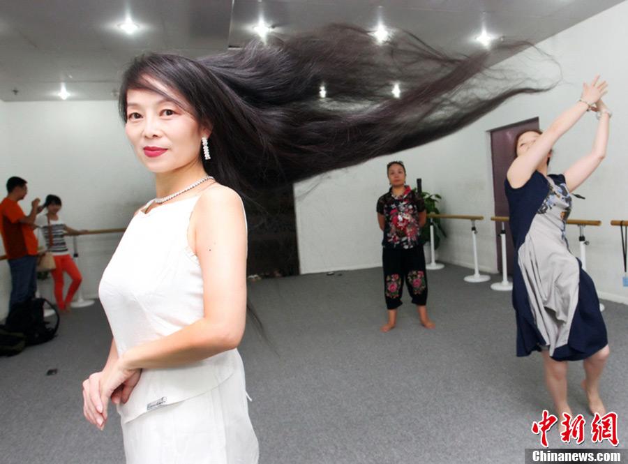西安一女子身高159米 长发飘逸17米 中新网