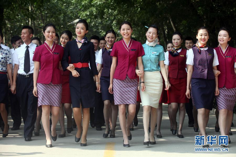 """民航大学570余名""""准空乘""""毕业 着工作装亮相"""
