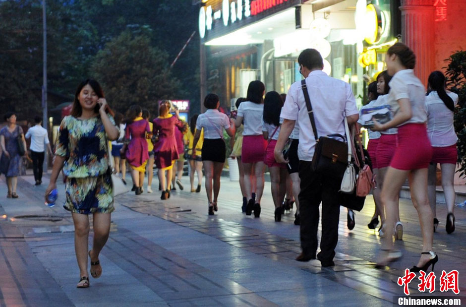 成都休闲娱乐场所美女员工制服装街头促销