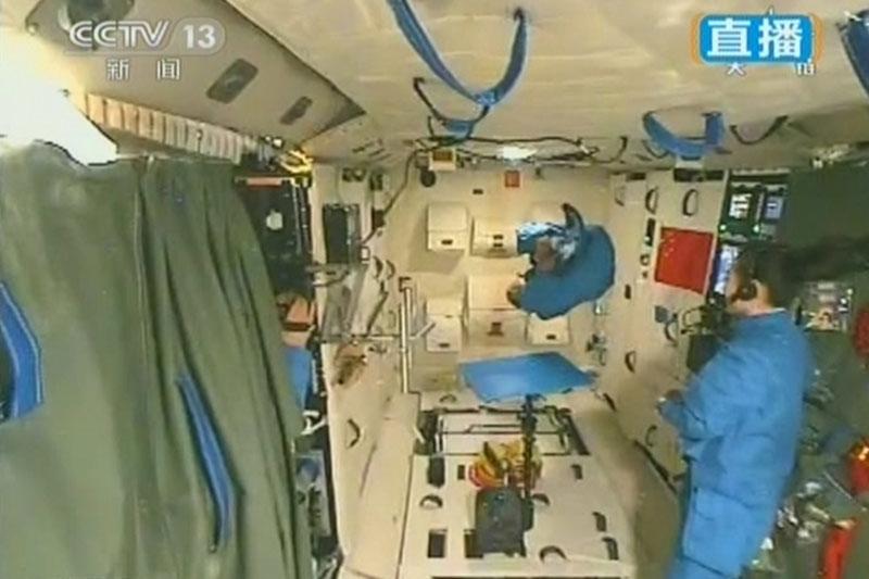 """中国航天员首次太空授课 王亚平登""""最高""""讲台"""