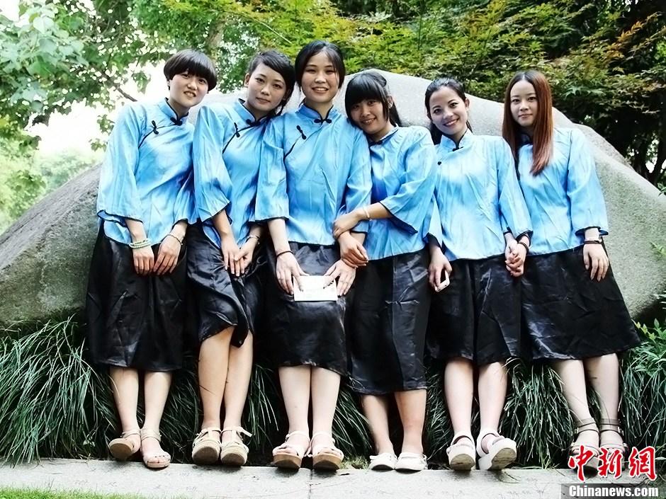 浙江大学生穿民国学生装拍毕业照