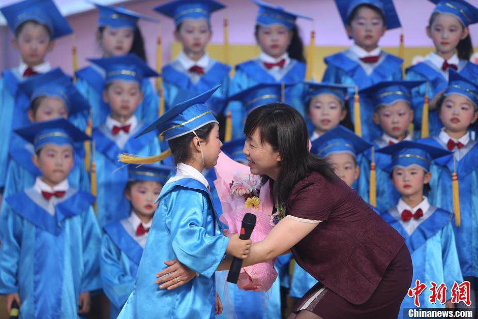"""幼儿园 安徽/6月26日,穿上""""小博士服""""的孩子们将""""博士帽""""抛向空中。..."""