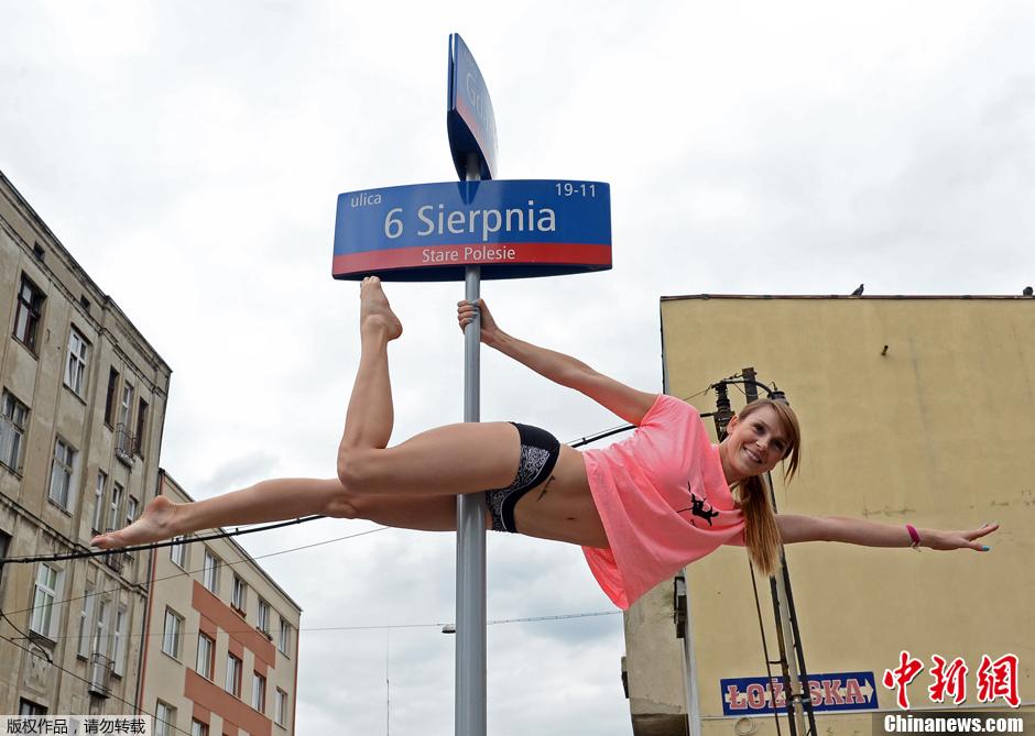 波兰美女街头上演火辣钢管舞 宣传新体操运动