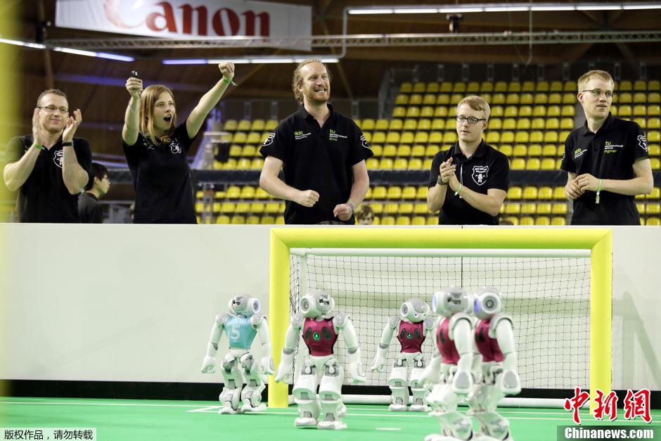 荷兰举行机器人世界杯足球赛