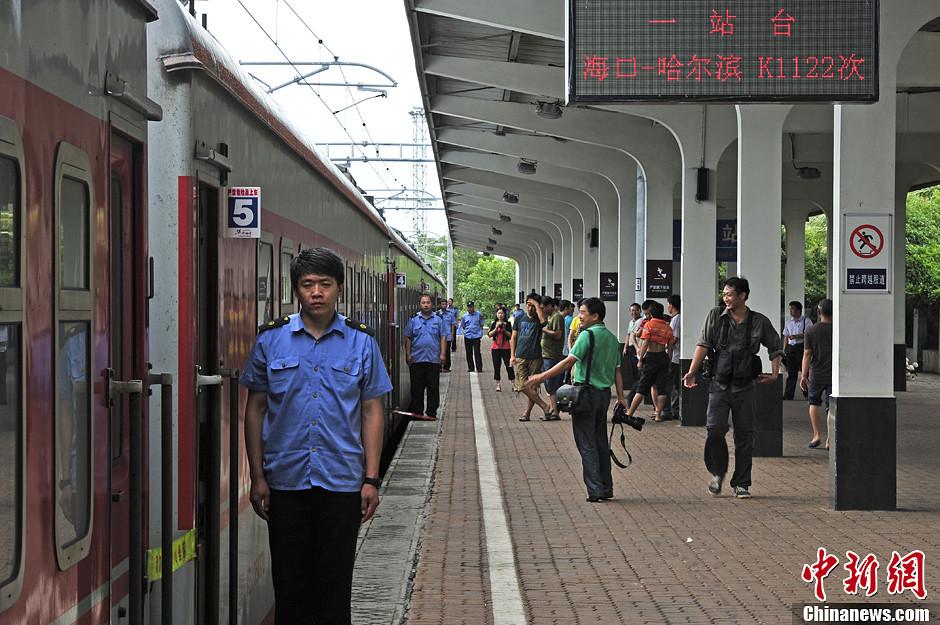 7月2日,海口至哈尔滨K1122次快速旅客列车满载215名旅客驶离海口站。受强热带风暴温比亚影响,原定于7月1日始发的本次列车取消,故当日开行的是首趟列车。据了解,该列车全程4429公里,运行时间65小时,列车经过全国12个省份,沿途停靠58个站(包括海口站),其中有7个省会城市。至此,中国最南端和最北端两省会城市实现一车直达。中新社发 骆云飞 摄