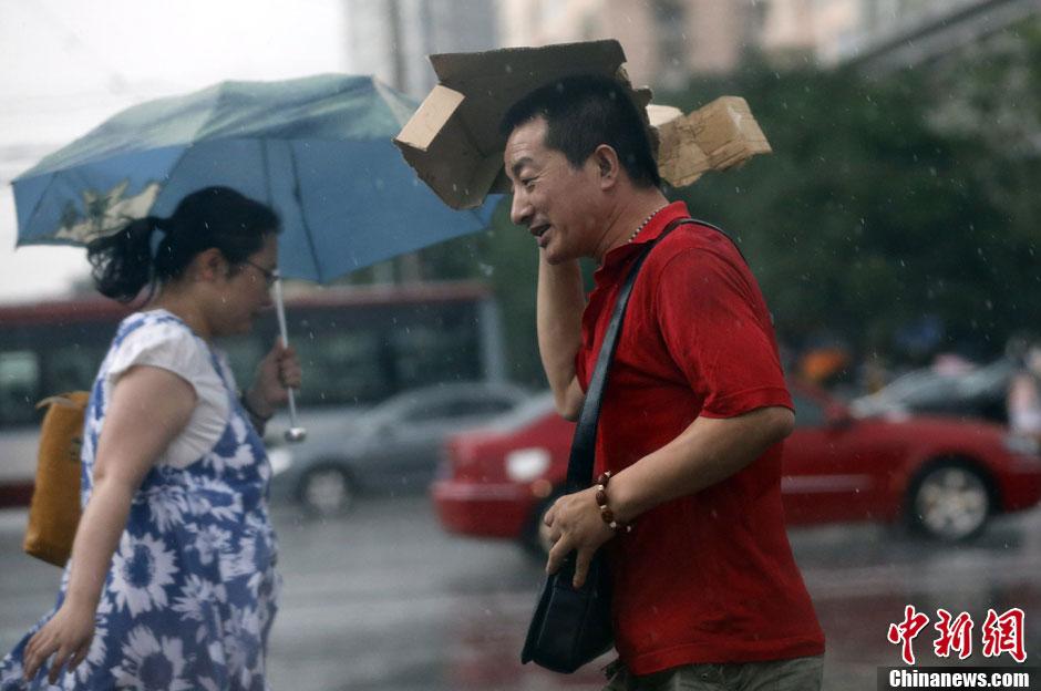 北京高温38℃再创新高傍晚雷雨让路人措手不及