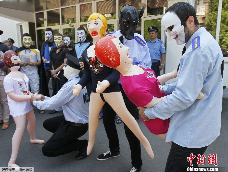 乌克兰活动家携充气娃娃抗议女性 中
