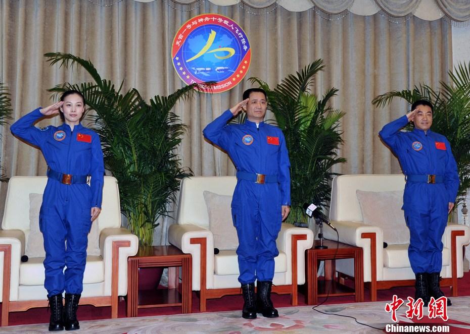 """""""神十""""3名航天员结束医学隔离后亮相 状态良好"""