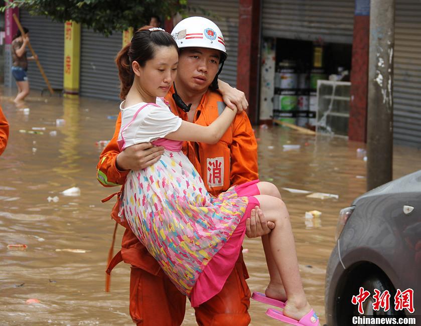 四川消防官兵洪水中转移孕妇 中新网