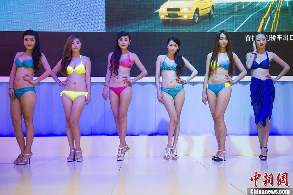 比基尼美女车模扮靓海南第一车展 中新网