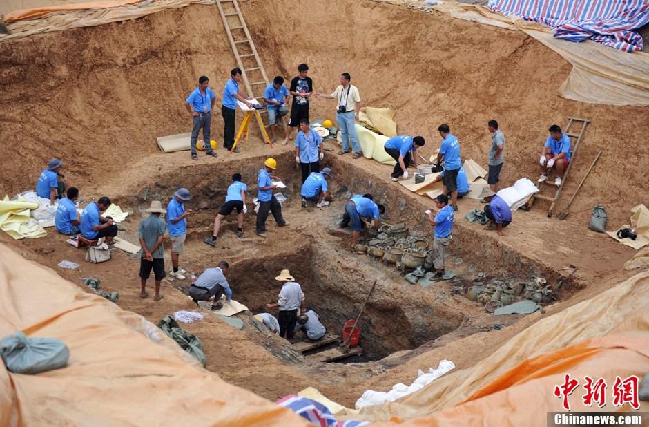 随州青苔车祸_湖北随州出土的最大西周古墓随葬青铜器整体亮