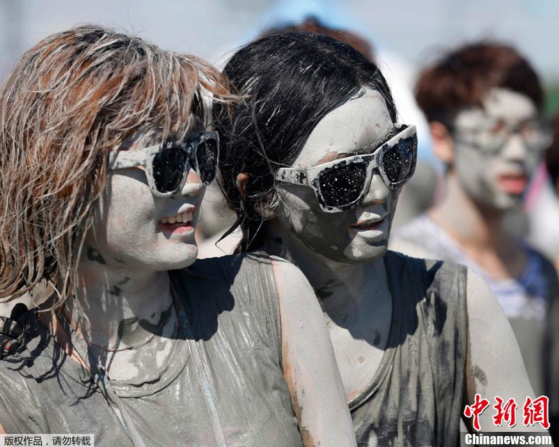 韩国保宁泥浆节激情开幕 众人共享泥浴