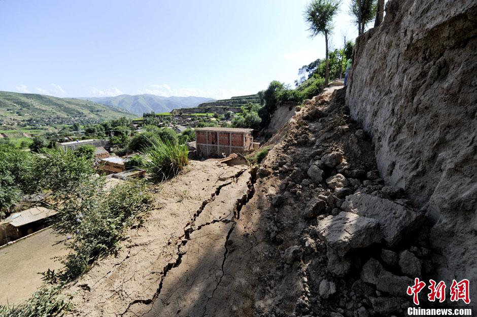 甘肃定西地震 岷县梅川镇发生滑坡砸毁民居