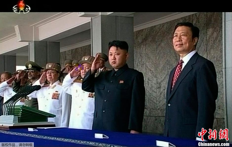 金正恩、李源潮观看朝鲜纪念停战60周年阅兵式