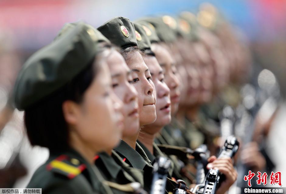 朝鲜举行盛大阅兵纪念停战60周年 女兵方阵吸眼球
